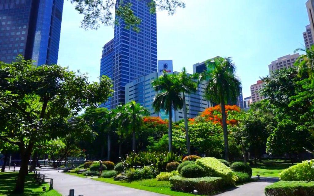 Ayala Triangle Gardens (750 m)